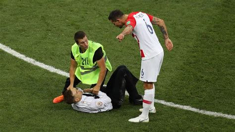 2018 World Cup final: Pitch invaders interrupt France vs